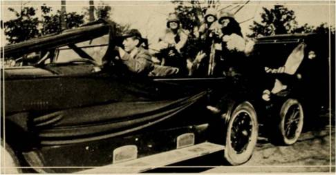 Girls in a car 1924 EN